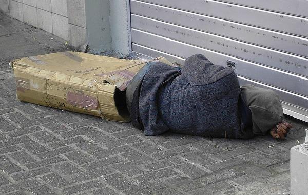 Homeless Man Sleeping, par Richie Diesterheft (Flickr/CC)
