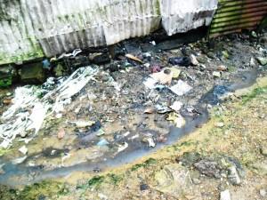 Des eaux souillées s'écoulent des latrines d'un domicile et se déversent dans les rues. Crédit-photo: @JosianeKouagheu