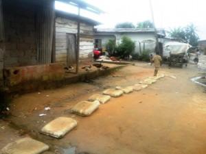 Des habitants ont mis du sable dans des sacs pour construire une route. Crédit-photo: @JosianeKouagheu