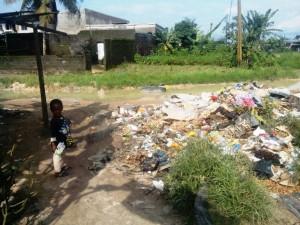 Âge d'à peine deux ans, un petit garçon fouille un tas d'ordures. Il enfoncera par la suite son pouce avec lequel il fouillait dans la bouche. Crédit-photo: @JosianeKouagheu